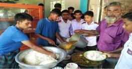 ধামইরহাটে ১০টাকায় শিক্ষার্থীদের দুপুরের খাবার দিচ্ছে আদর্শ হোটেল