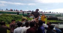 তৃষ্ণার্ত যাত্রীদের পানি সরবরাহ করেছে সেনাবাহিনী