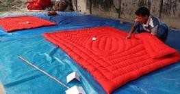 মহাদেবপুরে লেপ-তোষক তৈরিতে ব্যস্ত কারিগররা