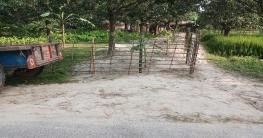 পোরশায় প্রাথমিক স্কুলে প্রবেশের রাস্তা দখল