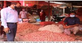 নওগাঁয় লকডাউন বাস্তবায়ন ও বাজারদর নিয়ন্ত্রণ মাঠে জেলা প্রশাসক