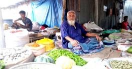 আত্রাইয়ে হাটবাজারে নিত্যপণ্যের দোকানে কমেছে ক্রেতা
