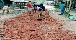 ধামইরহাটে স্বেচ্ছাশ্রমের মাধ্যমে রাস্তা মেরামত