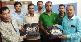 ধামইরহাটে পত্রিকা বিক্রেতাদের রেইনকোর্ট ও টি-শার্ট প্রদান