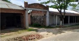 বদলগাছীতে শ্রেণিকক্ষ ভেঙ্গে ৭টি দোকানঘর নির্মাণ