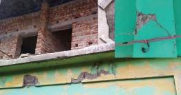 মহাদেবপুরে স্কুলের ঝুঁকিপূর্ণ ভবনের ছাদেই চলছে দু'তলার নির্মাণ!