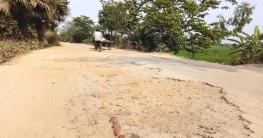 জীবনের ঝুঁকি নিয়ে আত্রাই-ভবানীগঞ্জ সড়কে যান চলাচল