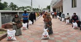 নওগাঁয় কিন্ডার গার্ডেনের শিক্ষক ও কর্মচারিদের খাদ্যসামগ্রী প্রদান