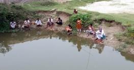 করোনায় মাছ ধরে সময় পার করছেন নওগাঁর স্থানীয়রা